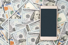 Золотой smartphone на деньгах Концепция Стоковые Изображения RF