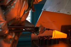 Золото выплавкой на фабрике стоковые фото