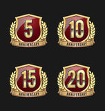 Золото значка годовщины и красный цвет 5-ое, 10th, пятнадцатое, двадцатые леты иллюстрация вектора