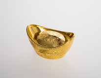 Золото или китайские символы середины золотого ингота богатства и процветания Стоковая Фотография