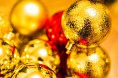 Золото и красные украшения шариков рождества на рождественской елке Стоковые Фотографии RF