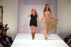 Золото и модель Lainy дизайнера идут финал взлётно-посадочная дорожка на модный парад Swimwear золота Lainy Стоковая Фотография RF