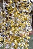 Золото и серебряные колоколы повиснули в тайских висках стоковые изображения