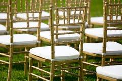 Золото и whiteChairs для свадебной церемонии стоковое изображение rf