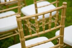 Золото и whiteChairs для свадебной церемонии стоковые фото