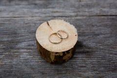Золото обручальных колец белое на деревянной предпосылке Стоковые Фото
