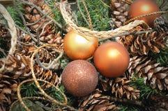 Золото орнаментирует Pinecones Стоковая Фотография RF