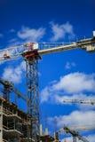 золото перстов конструкции принципиальной схемы расквартировывает ключей Новое здание под конструкцией против неба background car Стоковое фото RF