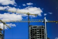 золото перстов конструкции принципиальной схемы расквартировывает ключей Новое здание под конструкцией против неба background car Стоковые Изображения