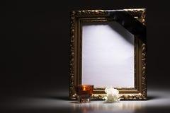 Золото, пустая оплакивая рамка с свечой и гвоздика стоковые изображения rf