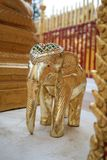 Золото скульптуры слона стоковое фото