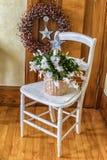 золото фольги рождества кактуса ветви смычка висит тесемку Стоковое фото RF