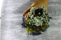золото фольги рождества кактуса ветви смычка висит тесемку Стоковое Фото