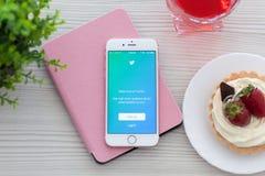 Золото IPhone 6S розовое с Twitter app на таблице Стоковые Изображения