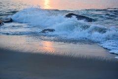 Золотые волны вдоль молы на восходе солнца Стоковая Фотография RF