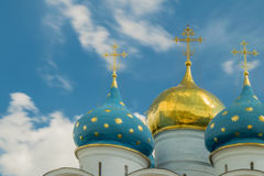 Золотые и голубые куполы с крестами церковь правоверная Стоковые Изображения RF