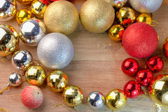 Золотые и красные и серебряные шарики рождества на деревянном столе осматривают r Стоковое Изображение