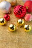Золотые и красные и серебряные шарики рождества на золотой верхней части Стоковое Изображение RF