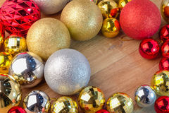 Золотые и красные и серебряные шарики рождества с космосом для текста Стоковое Фото