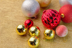 Золотые и красные и серебряные шарики рождества с космосом для text2 J Стоковое фото RF
