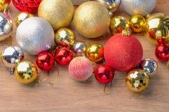 Золотые и красные шарики рождества на деревянном Стоковые Изображения RF