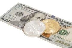 Золотые и серебряные монетки bitcoin и 100 банкнот доллара Стоковое Изображение RF