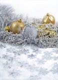 Золотые и серебряные украшения рождества стоковая фотография