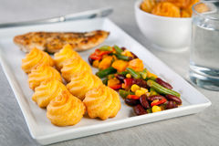 Золотые картошки duchess с зажаренным цыпленком и мексиканскими овощами Стоковая Фотография RF