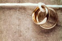 Золотые кольца вися на веревочке Стоковые Фото
