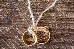 Золотые кольца вися на веревочке Стоковые Изображения