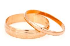 Золотые кольца на белой предпосылке Стоковое фото RF