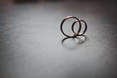 Золотые кольца новобрачных на таблице 3846 Стоковая Фотография RF