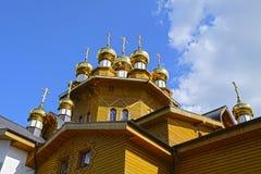Золотые куполы деревянного русского виска Стоковые Фотографии RF