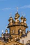 Золотые куполы деревянного русского виска Стоковая Фотография