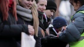 Золотые медали вида женщины на маленьких девочках на улице пожалование победители сток-видео