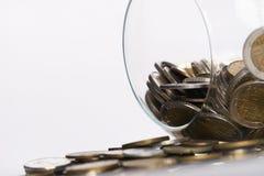 Золотые монетки в вазе копилки на белизне Стоковое Изображение RF