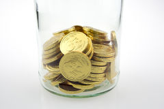 Золотые монетки в опарнике Стоковое Изображение