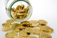 Золотые монетки в опарнике Стоковые Изображения