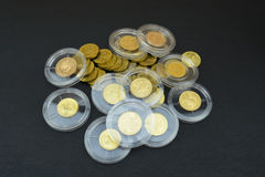Золотые монетки в пластичных капсулах Стоковые Фото