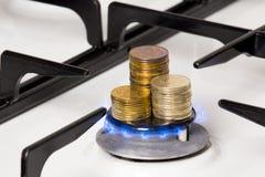 Золотые монетки на газовой горелке Стоковая Фотография RF