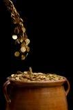Золотые монетки падая в винтажный бак Стоковая Фотография
