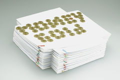 Золотые монетки помещенные как золото денег на куче обработки документов Стоковые Фото