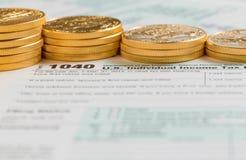 Золотые монетки чистого золота на 2014 форме 1040 Стоковые Фотографии RF