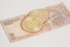 Золотые монетки Bitcoin на индейце 10 рупий Стоковая Фотография RF