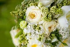 Золотые обручальные кольца на букете свадьбы желтых цветков Стоковые Изображения