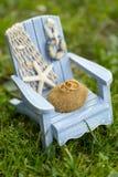 Золотые обручальные кольца на декоративном белом и голубом стуле игрушки с морскими звёздами Стоковое Изображение RF