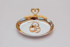 Золотые обручальные кольца на плите Стоковые Фотографии RF