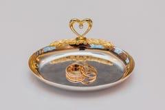 Золотые обручальные кольца на плите Стоковая Фотография RF
