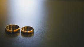 Золотые обручальные кольца на таблице Стоковые Фото