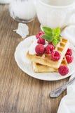 Золотые домодельные свежие waffles для завтрака с сливк и полениками Стоковые Изображения